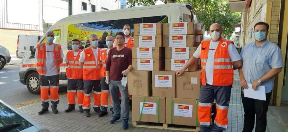 Entrega de material sanitario a Cruz Roja por Puente China